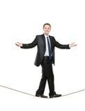 Hombre de negocios que recorre en una cuerda Fotografía de archivo