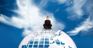Hombre de negocios que reflexiona sobre la tierra contra el cielo Foto de archivo