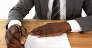Hombre de negocios que rellena un impreso del seguro
