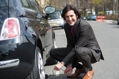 Hombre de negocios que repara el borde de la carretera del coche imágenes de archivo libres de regalías