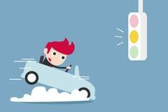 Hombre de negocios que rompe el coche con el semáforo amarillo Foto de archivo