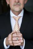 Hombre de negocios que ruega con el rosario Fotos de archivo libres de regalías