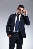 Hombre de negocios que saca sus gafas de sol Imagenes de archivo