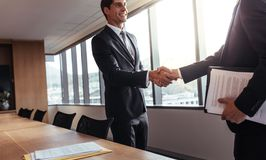 Hombre de negocios que sacude las manos después de una reunión acertada Imagen de archivo