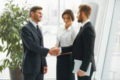 Hombre de negocios que sacude las manos La gente sacude las manos que comunica con Imagen de archivo