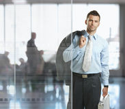 Hombre de negocios que sale de la oficina Foto de archivo libre de regalías