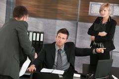 Hombre de negocios que señala al ejecutivo Fotografía de archivo