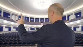 Hombre de negocios que señala con el dedo índice en la pantalla de la presentación en pasillo de reunión almacen de metraje de vídeo