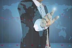 Hombre de negocios que señala en el gráfico del crecimiento y el concepto del negocio en fondo azul marino con el mapa inversión, Imágenes de archivo libres de regalías