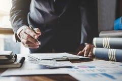 Hombre de negocios que señala en el gráfico y la carta al uso del análisis para que planes mejoren calidad, finanzas del negocio  imágenes de archivo libres de regalías