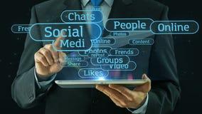 Hombre de negocios que señala en el medios cojín social de la tableta del concepto de la red almacen de video