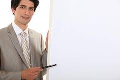 Hombre de negocios que señala a la carta de tirón imagen de archivo