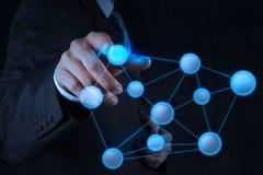 Hombre de negocios que señala a la estructura de red social Imágenes de archivo libres de regalías