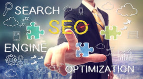 Hombre de negocios que señala SEO (optimizati del Search Engine fotos de archivo