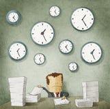 Hombre de negocios que se ahoga en papeleo. Relojes en la pared Imagen de archivo