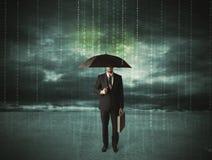 Hombre de negocios que se coloca con concepto de la protección de datos del paraguas Foto de archivo