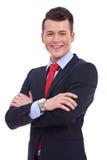 Hombre de negocios que se coloca con los brazos cruzados Foto de archivo libre de regalías