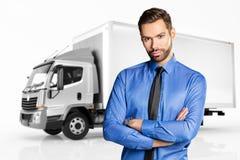 Hombre de negocios que se coloca delante de un camión Imágenes de archivo libres de regalías
