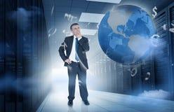 Hombre de negocios que se coloca en centro de datos con los gráficos y la tierra de la moneda Imagen de archivo
