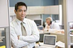 Hombre de negocios que se coloca en cubículo fotografía de archivo