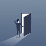 Hombre de negocios que se coloca en el concepto de New Opportunity Future del hombre de negocios de la entrada de la puerta Imagen de archivo libre de regalías