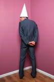 Hombre de negocios que se coloca en la esquina imagen de archivo