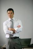 Hombre de negocios que se coloca en la oficina Imagenes de archivo
