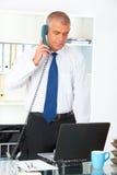 Hombre de negocios que se coloca en oficina fotografía de archivo