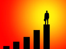 Hombre de negocios que se coloca en pico del gráfico Imagen de archivo libre de regalías