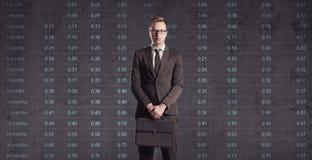 Hombre de negocios que se coloca en un fondo del diagrama Negocio, oficina, Fotografía de archivo
