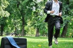Hombre de negocios que se ejecuta en el parque - entrenamiento Imagenes de archivo