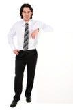 Hombre de negocios que se inclina en una cartelera Imagen de archivo libre de regalías