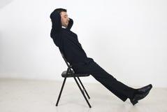 Hombre de negocios que se reclina sobre silla Imagenes de archivo