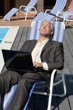 Hombre de negocios que se reclina sobre silla de cubierta Fotos de archivo libres de regalías