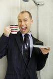 Hombre de negocios que se refresca abajo debajo de una ducha Fotos de archivo
