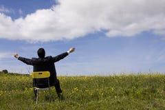 Hombre de negocios que se relaja en el campo Foto de archivo