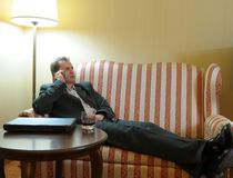 Hombre de negocios que se relaja en el sofá foto de archivo libre de regalías