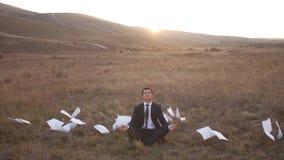 Hombre de negocios que se relaja en la naturaleza almacen de metraje de vídeo