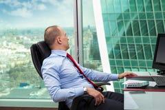 Hombre de negocios que se relaja en la oficina Imagen de archivo libre de regalías
