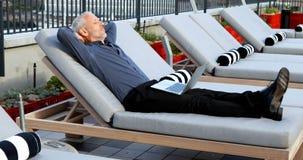 Hombre de negocios que se relaja en ocioso del sol en el hotel 4k almacen de video