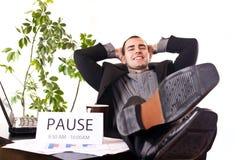 Hombre de negocios que se relaja en oficina Foto de archivo