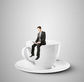 Hombre de negocios que se sienta en la taza de café Fotos de archivo