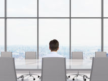 Hombre de negocios que se sienta en oficina Imagen de archivo
