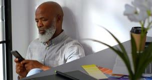 Hombre de negocios que se sienta en piso usando el teléfono móvil 4k metrajes