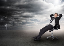 Hombre de negocios que se sienta en una silla de eslabón giratorio libre illustration