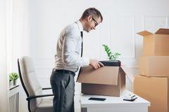 Hombre de negocios que se traslada a una nueva oficina fotos de archivo