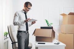 Hombre de negocios que se traslada a una nueva oficina foto de archivo libre de regalías