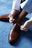 Hombre de negocios que se viste para el trabajo Foto de archivo libre de regalías