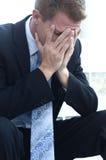 Hombre de negocios que siente la tensión del día Imagen de archivo
