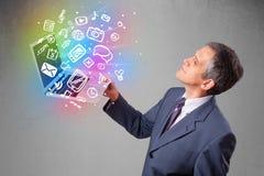 Hombre de negocios que sostiene el cuaderno con multimedias dibujadas mano colorida Imagen de archivo libre de regalías